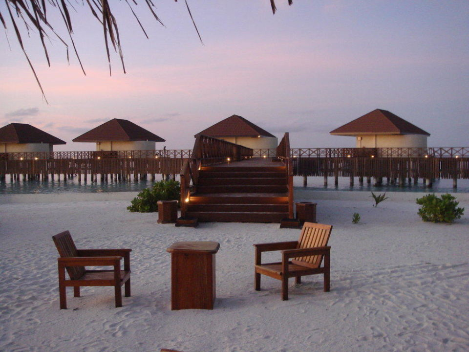 Blick zu den Wasserbungis VOI Maayafushi Resort
