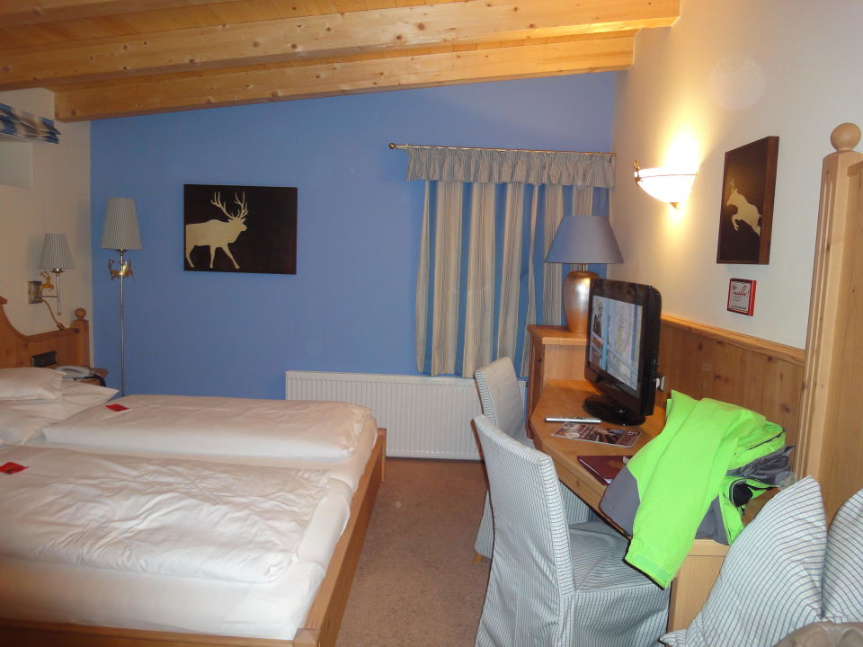 bild fernseher auf dem sideboard vor dem bett zu hotel der kirchenwirt in reith im alpbachtal. Black Bedroom Furniture Sets. Home Design Ideas