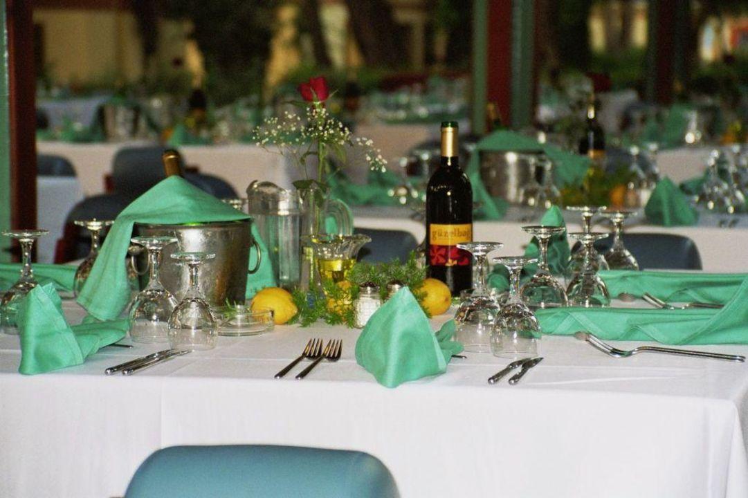 Gedeckter Tisch im Hauptrestaurant ROBINSON CLUB CAMYUVA