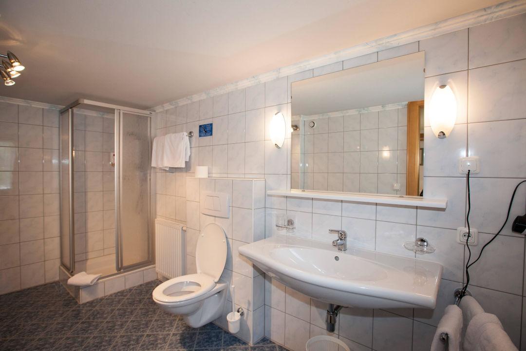 Badezimmer V. Dreibettzimmer Hotel Garni Schmid