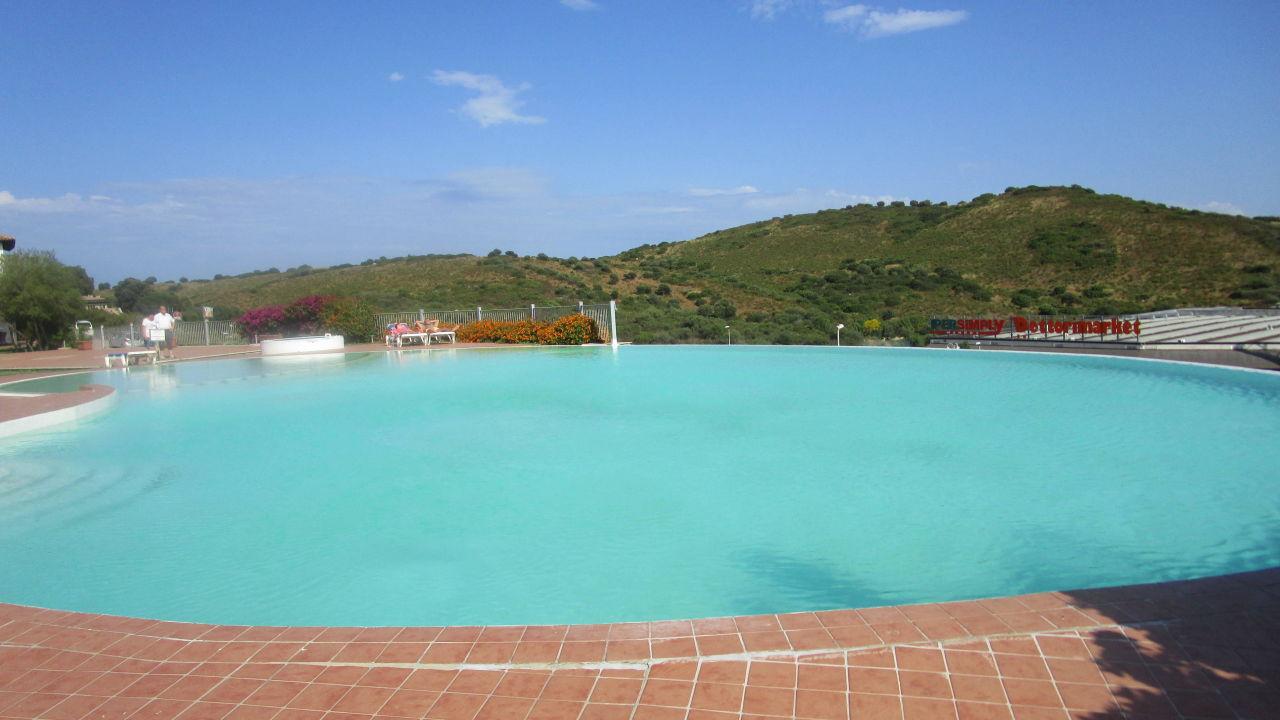 Schöner Pool mit klarem Wasser Alessandro Hotel