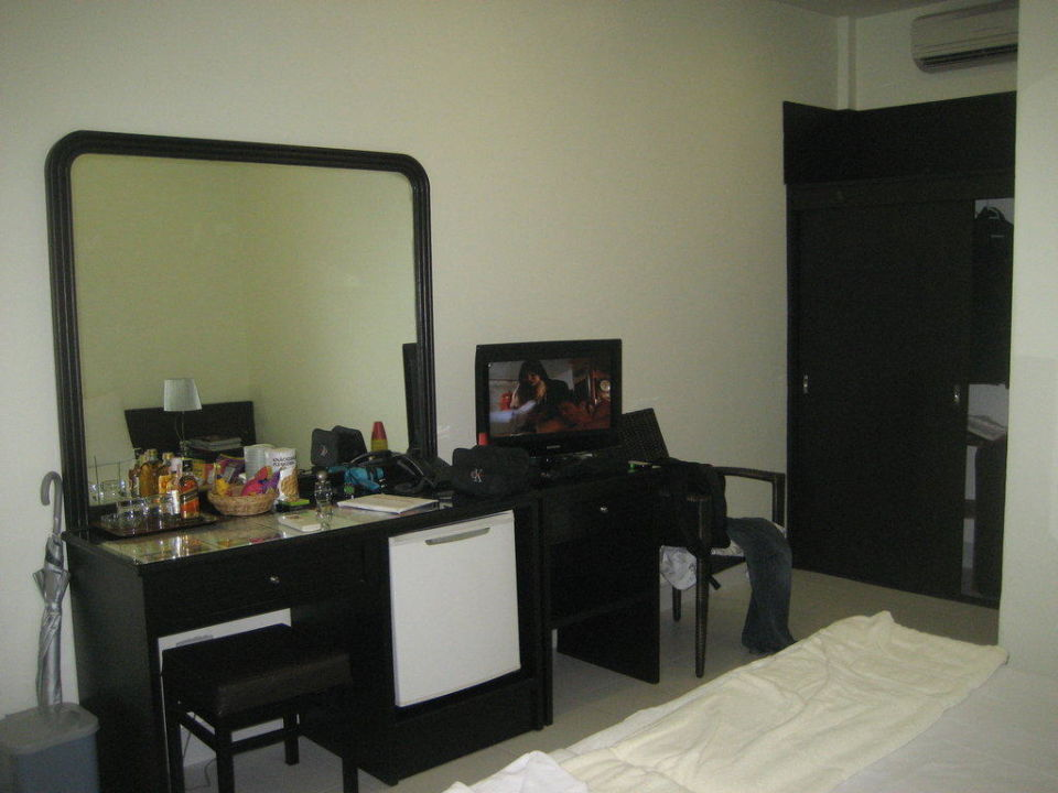 sideboard mit minibar k hotel patong beach. Black Bedroom Furniture Sets. Home Design Ideas