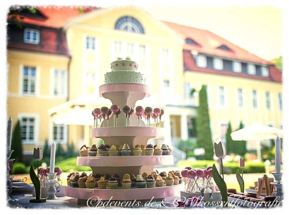 Anschnitt Hochzeitstorte Vor Dem Schloss Parkhotel Schloss Wulkow
