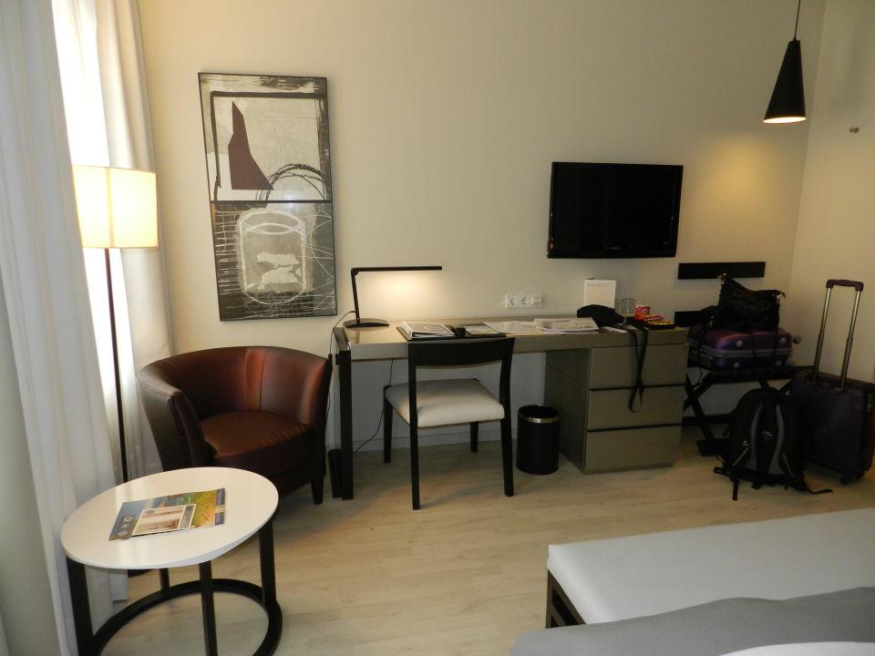 Tv schreibtisch sessel stuhl hotel h10 berlin ku 39 damm for Schreibtisch 1 80 m