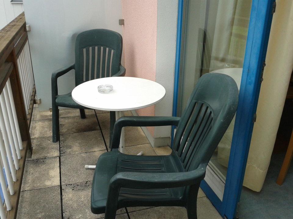 Balkon Total Verwittert Plastikstuhle Um 20 Euro Maiers Hotel