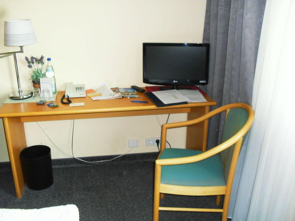 Schreibtisch mit TV Hotel am Tierpark