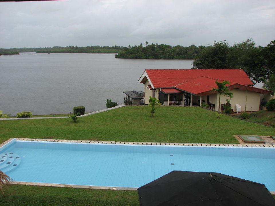 Uitzicht op lobby, bar en restaurant gebouw Kalla Bongo Lake Resort