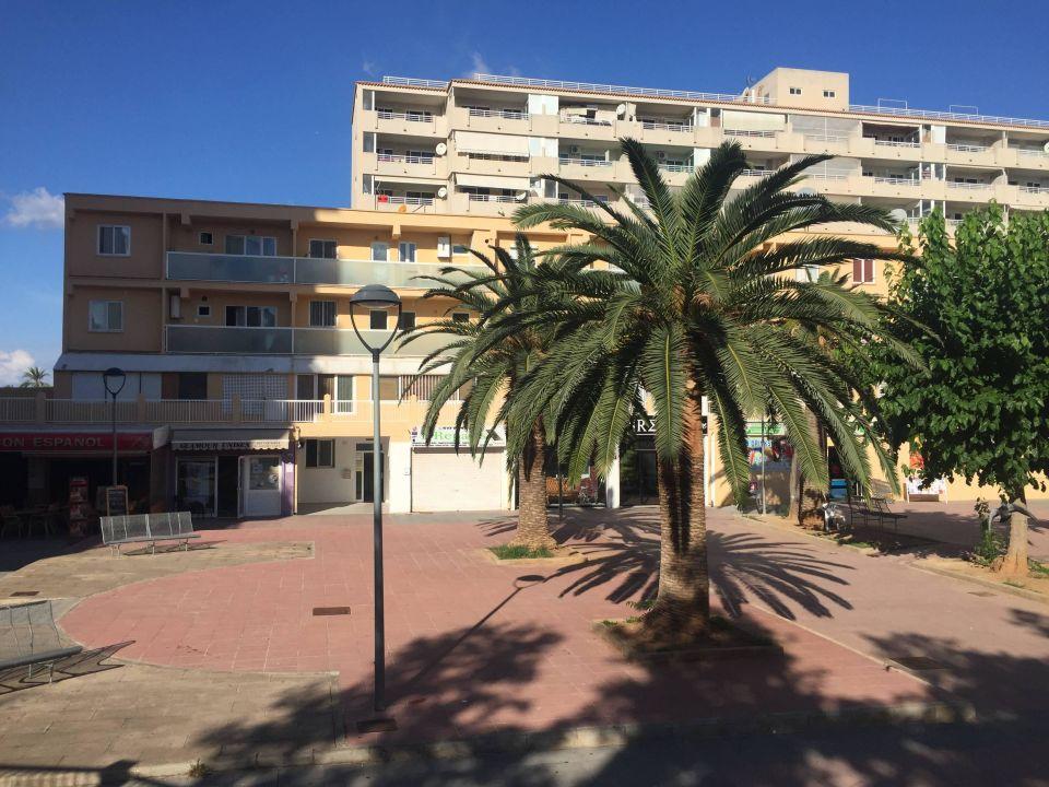 Blick auf Ladenzeile nebenan Apartments Sol y Vera