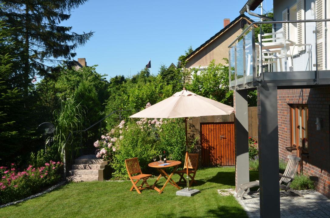 sitzplatz im gr nen landhaus gernitz appartment malerwinkel lancken granitz r gen. Black Bedroom Furniture Sets. Home Design Ideas