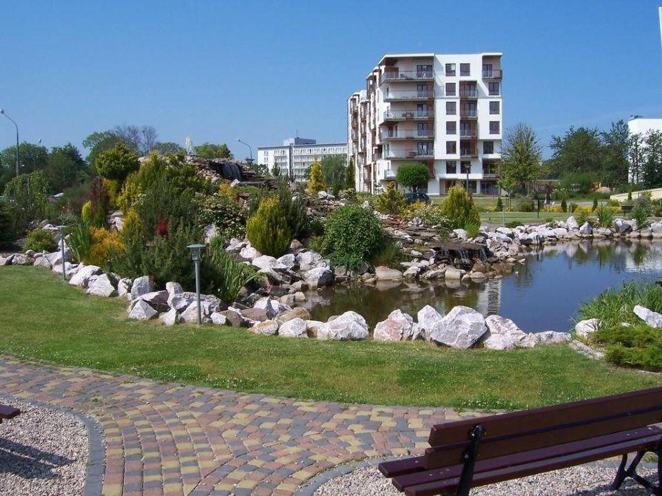 Park mit Hoteleingang Hotel Arka Medical Spa