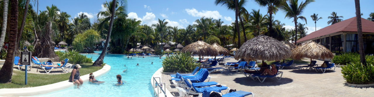 Hotelstrand mit Strandbar  Bavaro Princess All Suites Resort, Spa & Casino