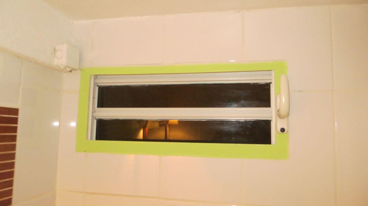 Badezimmer-Fenster ohne Mückenschutz\