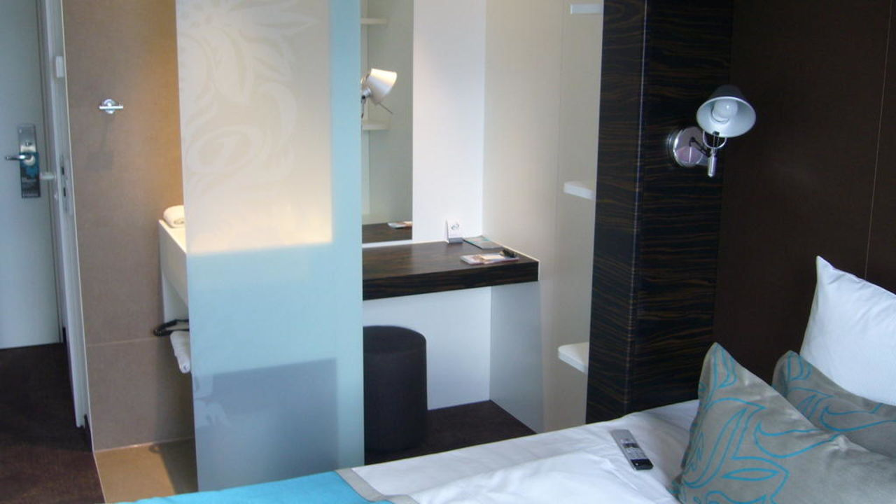 Kleiner schreibtisch waschbecken motel one n rnberg for Schreibtisch 2 00 m