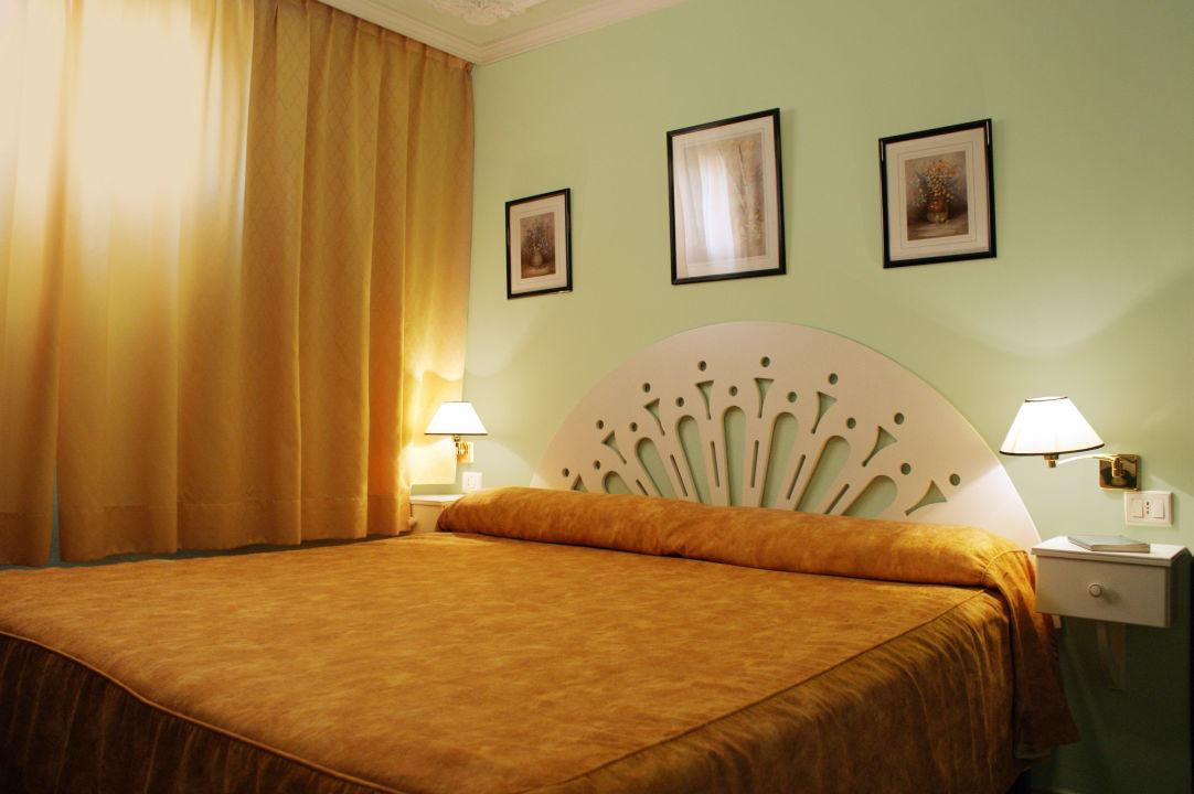 schlafzimmer mit king size bett suitehotel rey carlos playa del ingles holidaycheck gran. Black Bedroom Furniture Sets. Home Design Ideas