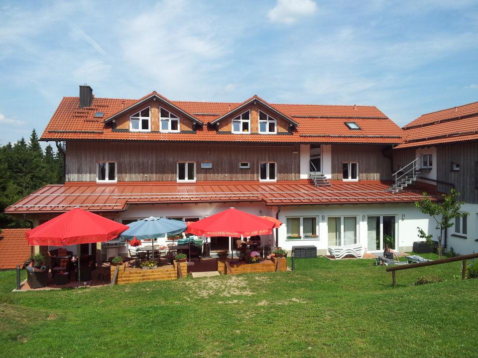 """""""Blick auf das Hotel und Terrasse """" Landhotel Haus"""
