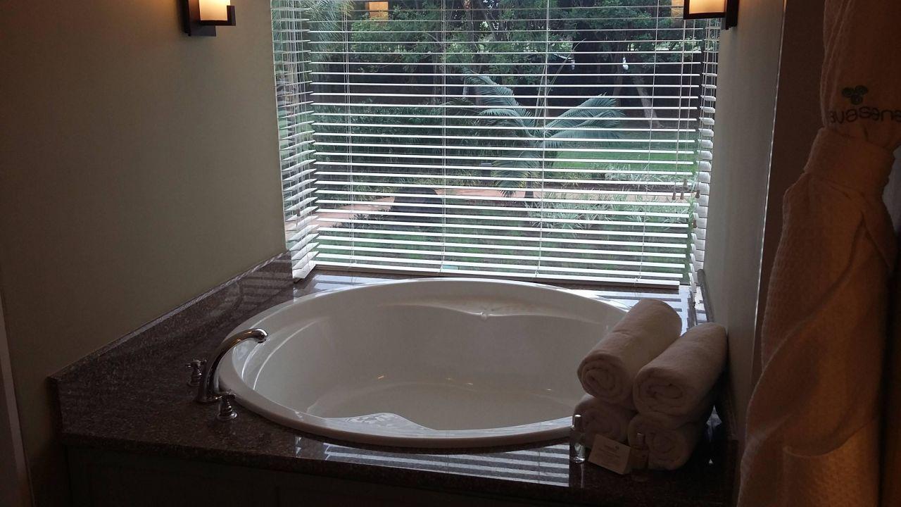 gro e badewanne und separater gro en dusche outrigger. Black Bedroom Furniture Sets. Home Design Ideas