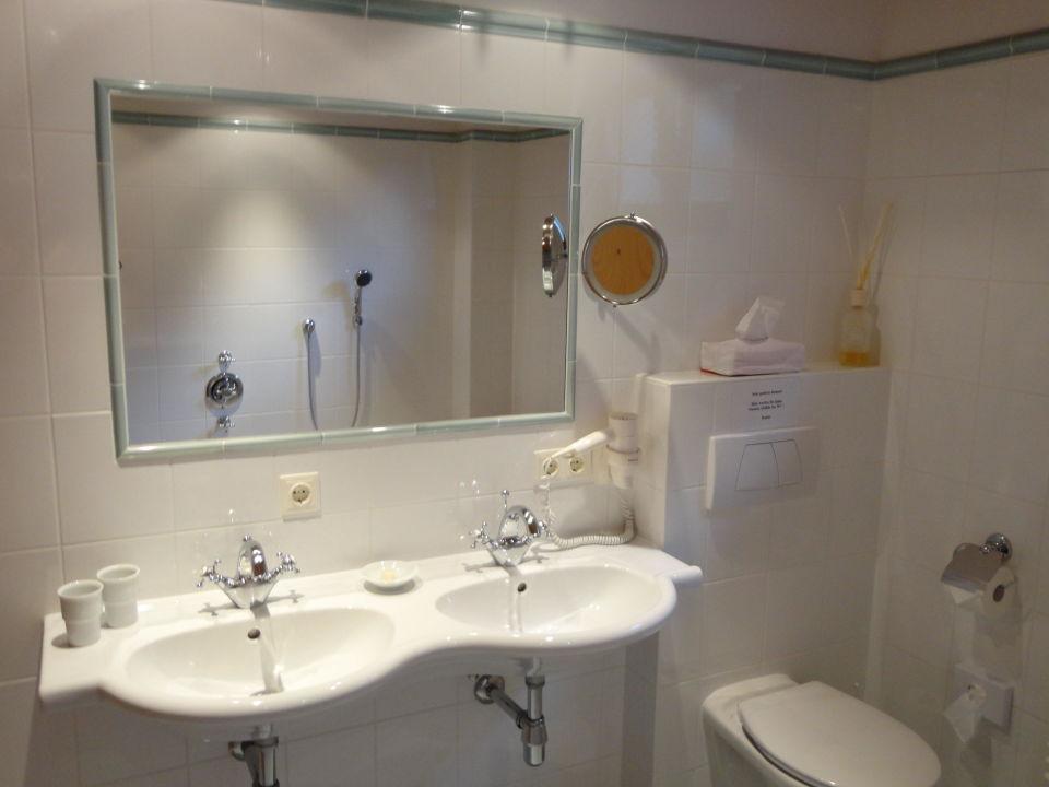 Badezimmer Badewanne Dusche WC Fön Kosmetikspiegel ...