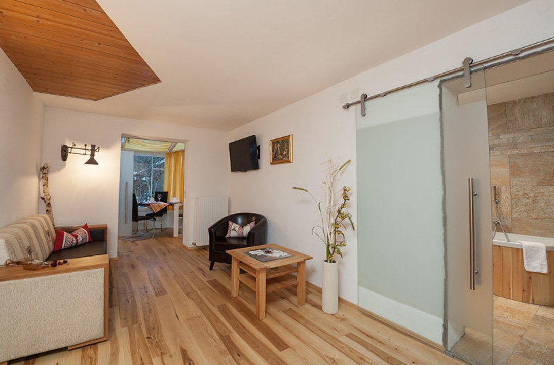 wohnzimmer ausziehcouch natura barrierefrei hotel der schl sslhof in leutasch. Black Bedroom Furniture Sets. Home Design Ideas