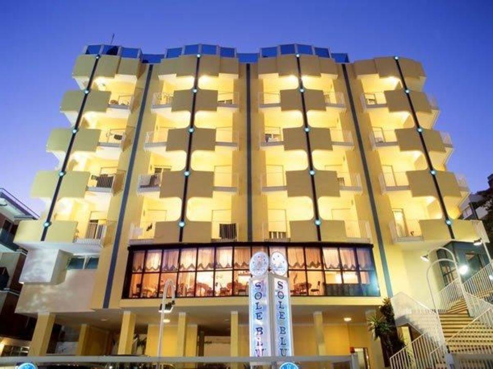L'hotel illuminato nelle calde notti d'estate Hotel Soleblu
