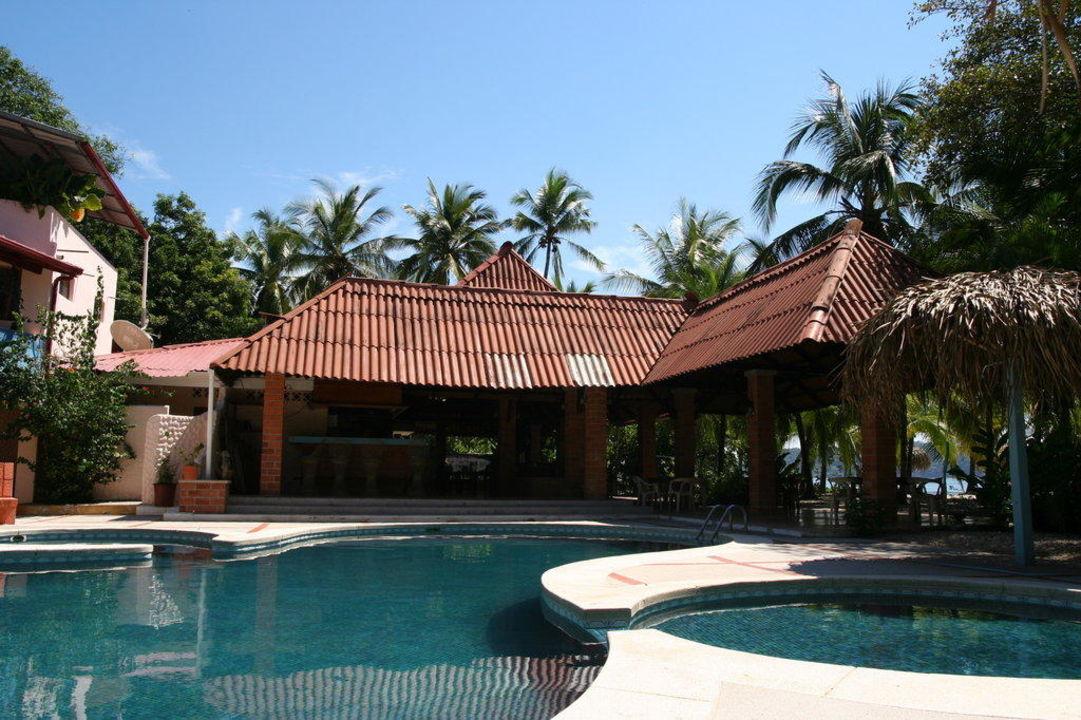Pool mit Restaurant im Hintergrund Hotel Las Brisas del Pacifico