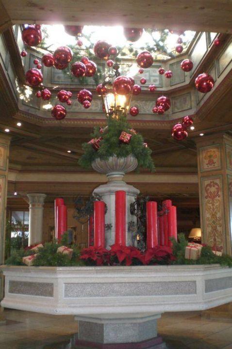 weihnachtsdeko in der hotelhalle alpenresort schwarz in. Black Bedroom Furniture Sets. Home Design Ideas