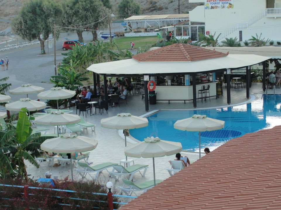 blick vom balkon auf teil des pools hotel kamari beach. Black Bedroom Furniture Sets. Home Design Ideas