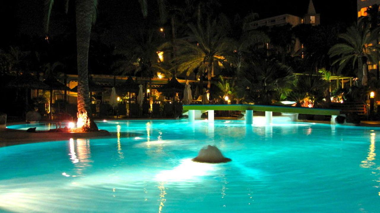 Poollandschaft bei Nacht Corallium Beach by Lopesan Hotels - Adults only