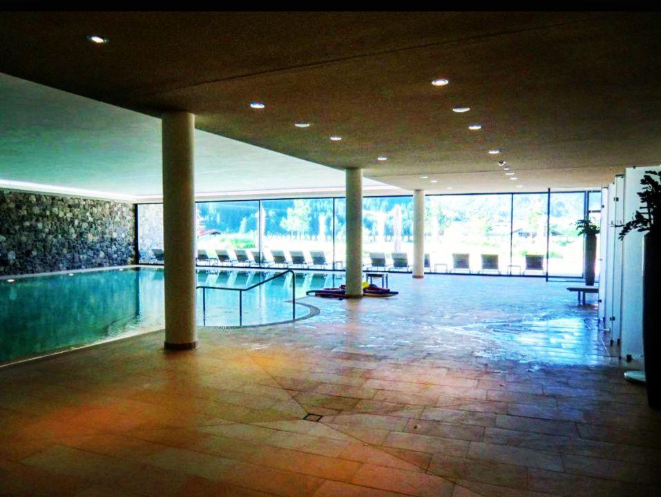 pool travel charme ifen hotel kleinwalsertal hirschegg holidaycheck vorarlberg sterreich. Black Bedroom Furniture Sets. Home Design Ideas