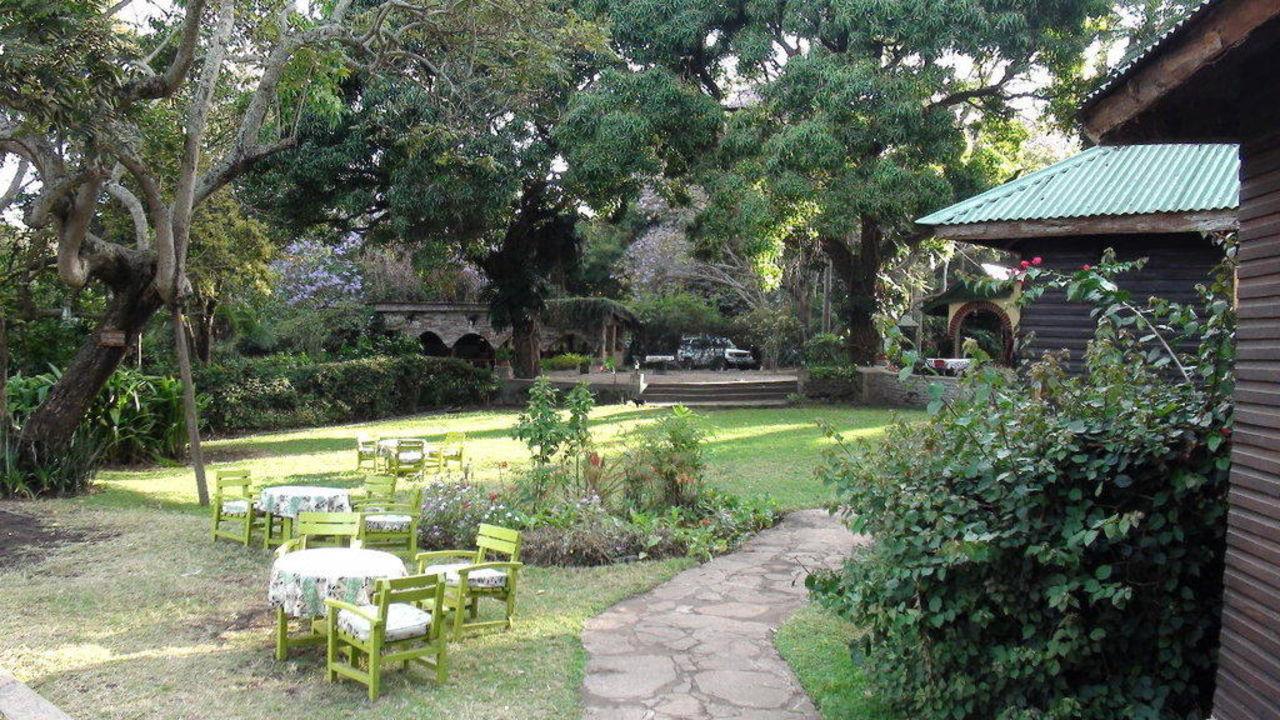 Sicht vom Bungalow Nr 1 auf die Gartenanlage Hotel Mount Meru Game Lodge
