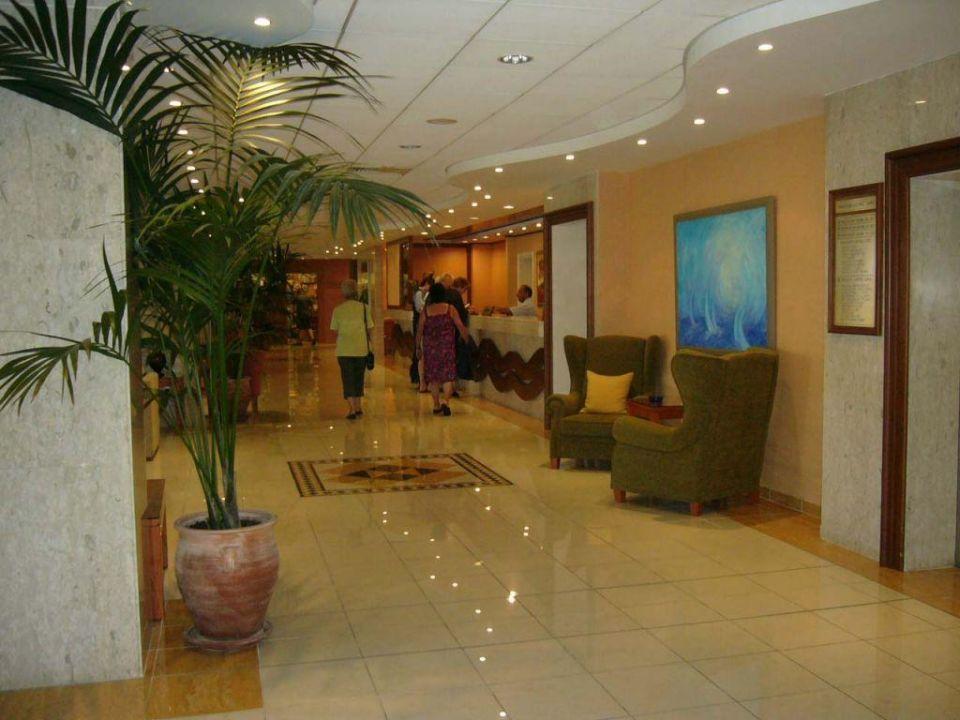 In der Lobby Dome Beach Hotel & Resort