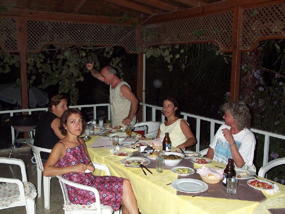 Essen im Familienkreis, zu dem wir uns sehr schnell fühlten. Hotel Malibu