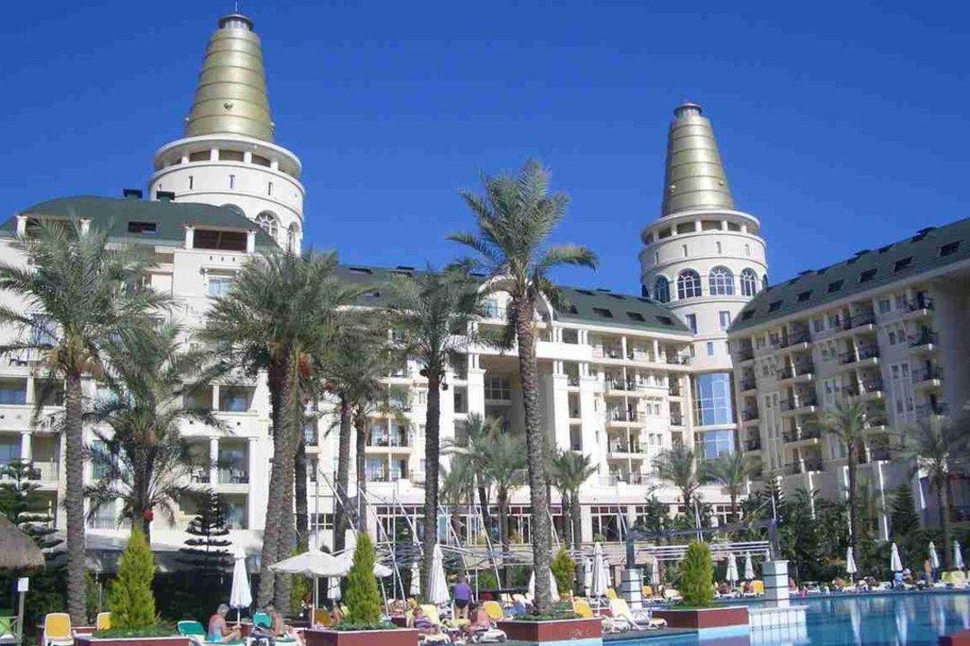 Blick über einen Teil vom Pool auf den Hotelteil Hotel Delphin Diva