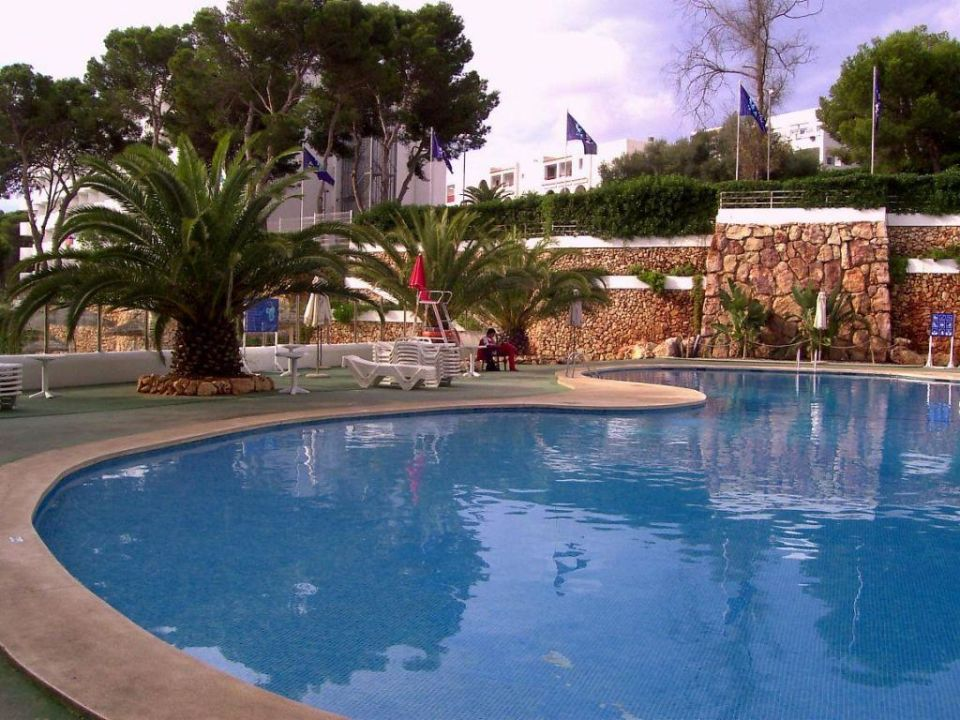 Blick auf Pool und Pool-Bar AluaSoul Mallorca Resort