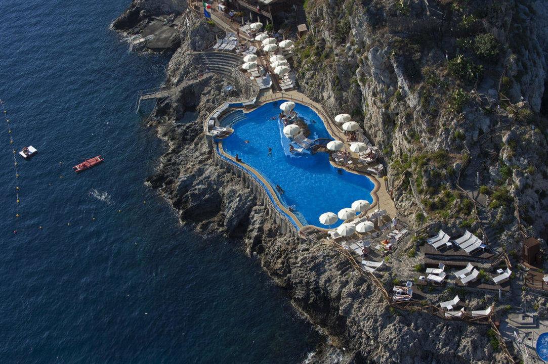 Veduta aerea della piscina Atahotel Capotaormina