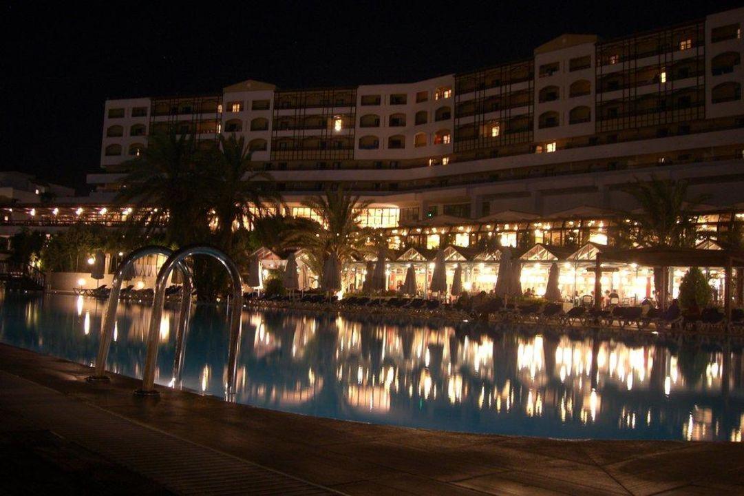 Blick aufs Hotel abends Hotel Aldemar Paradise Nefeli Beach