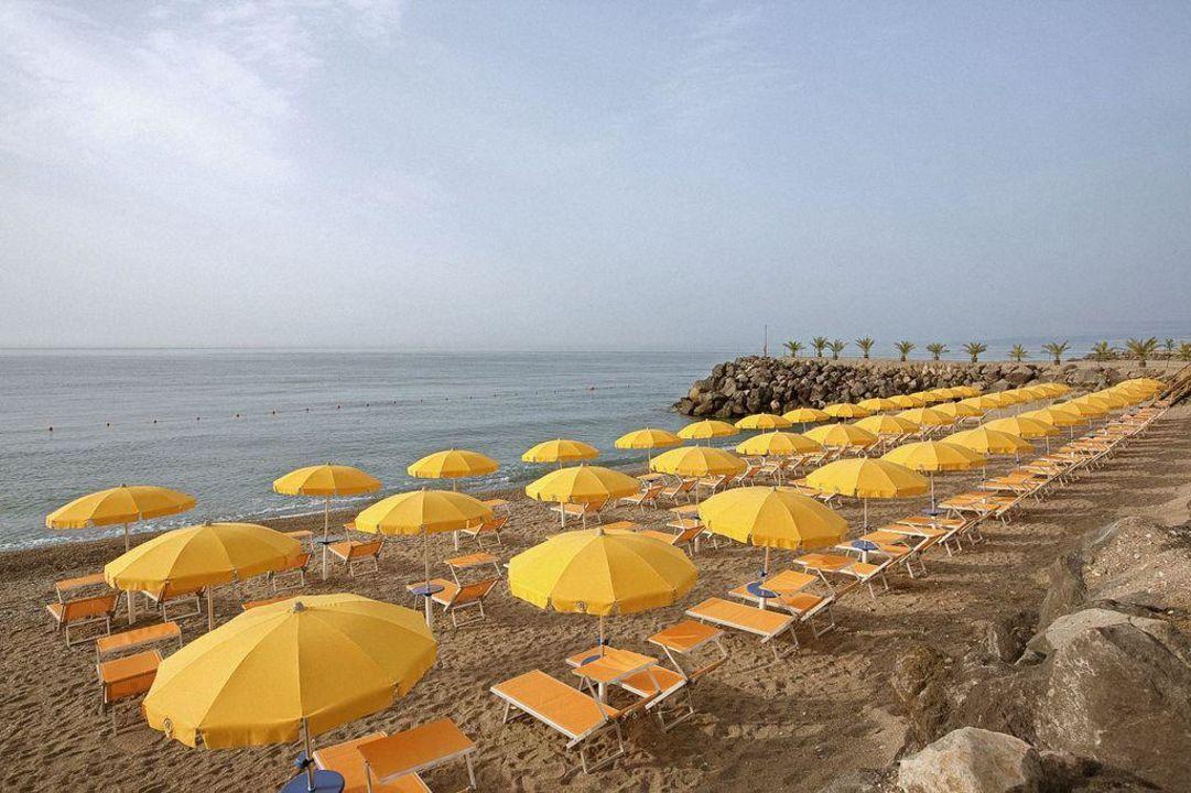 Spiaggia giardini naxos città in sera di estate u foto editoriale