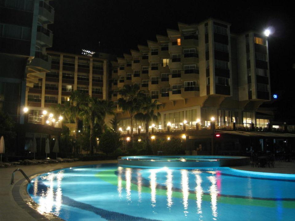 Hotel und Pool bei Nacht Hotel Terrace Beach Resort