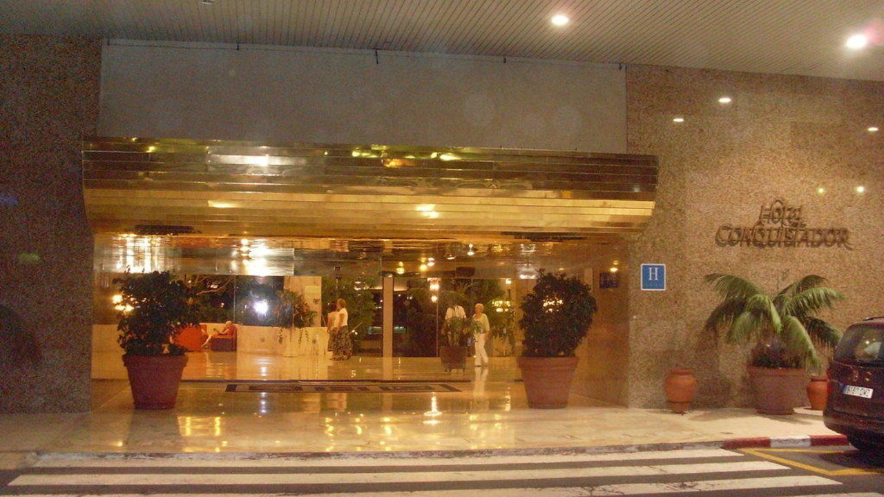 Hoteleingang Hotel H10 Conquistador