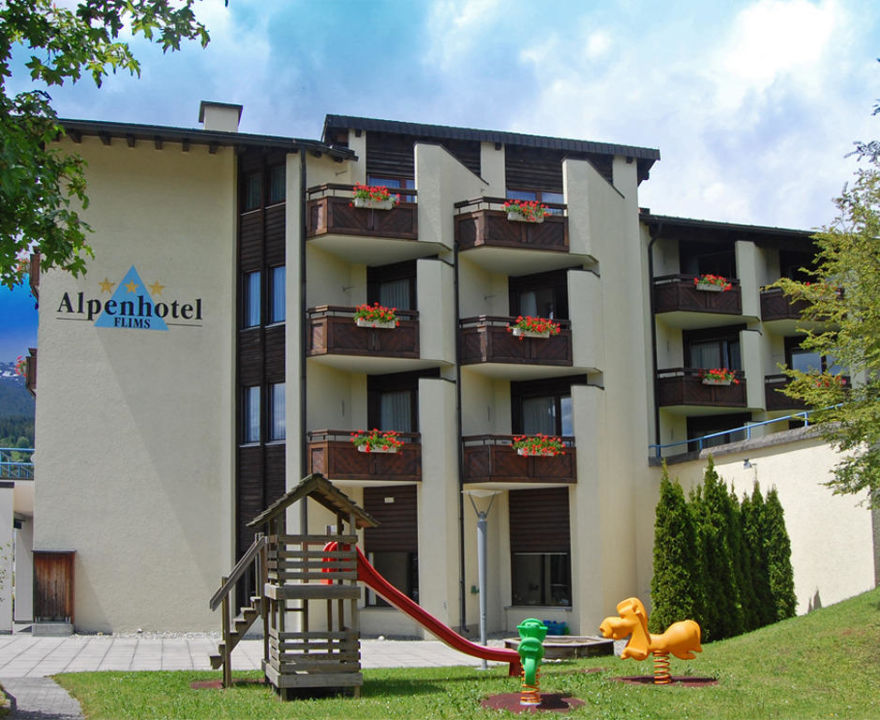 Aussenansicht mit Spielplatz Alpenhotel Flims