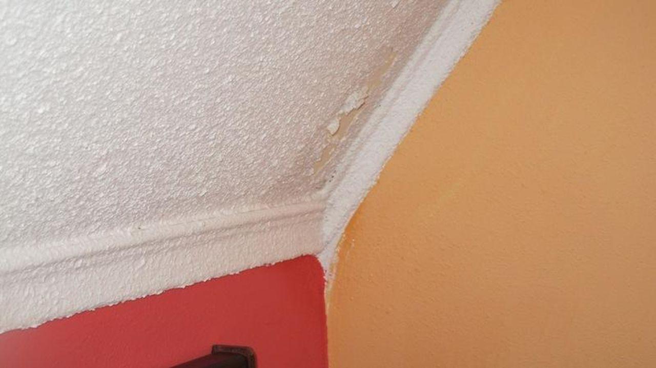 bild wasserflecken an der wand zu hotel ad lka in. Black Bedroom Furniture Sets. Home Design Ideas
