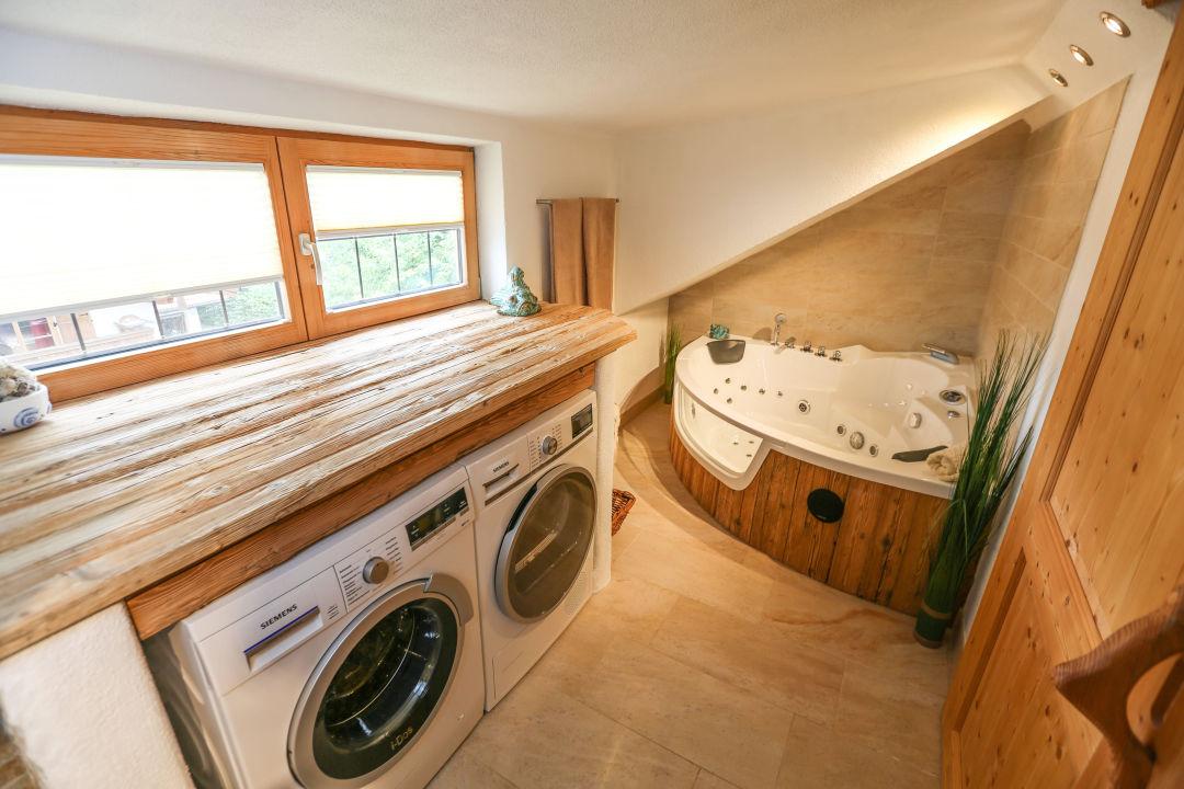 badezimmer mit waschmaschine und trockner ferienwohnung magdalena bad wiessee holidaycheck. Black Bedroom Furniture Sets. Home Design Ideas