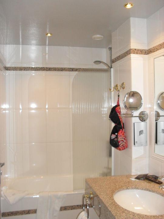 Bad - mit Dusche/Badewanne\