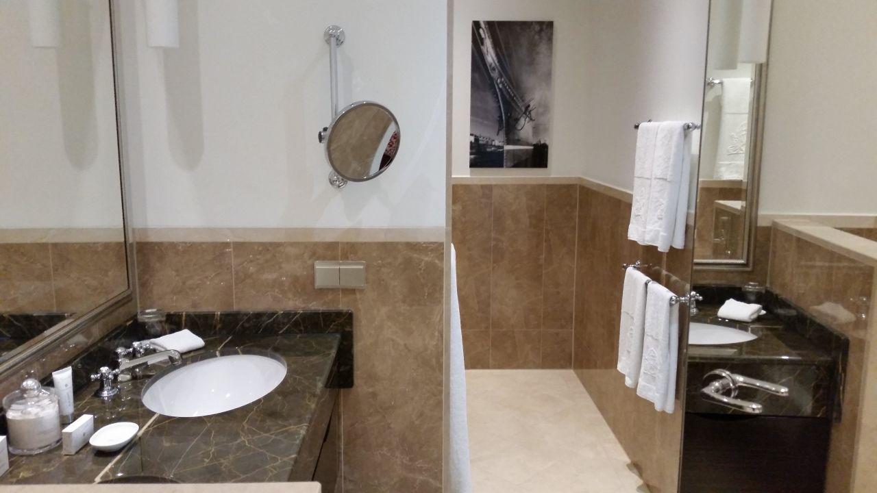 Badezimmer mit Marmor, Badewanne + Dusche\