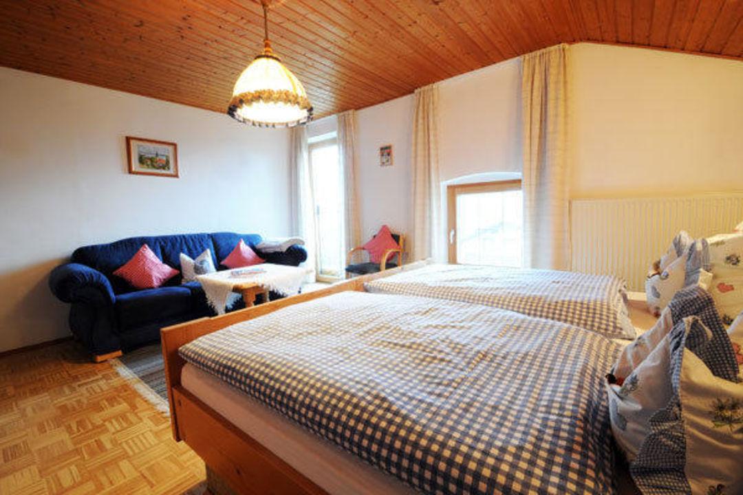 Gemütliche Couch im Schlafzimmer\