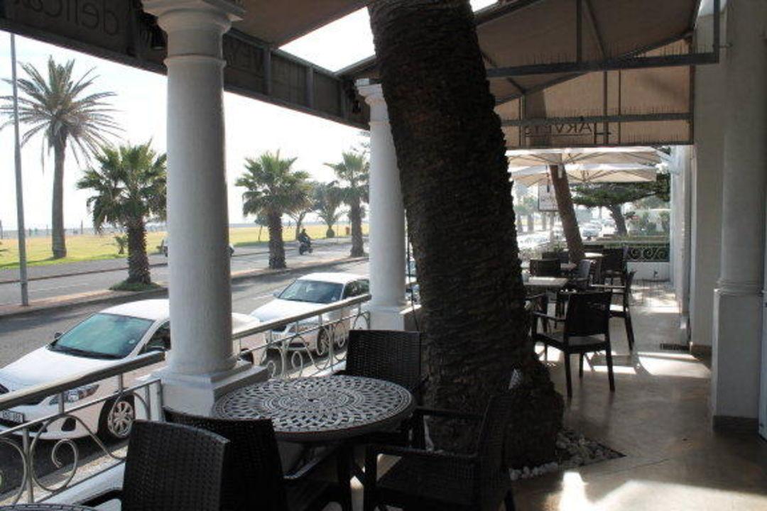 Terrasse der Hotelbar zum Meer hin Hotel Winchester Mansions