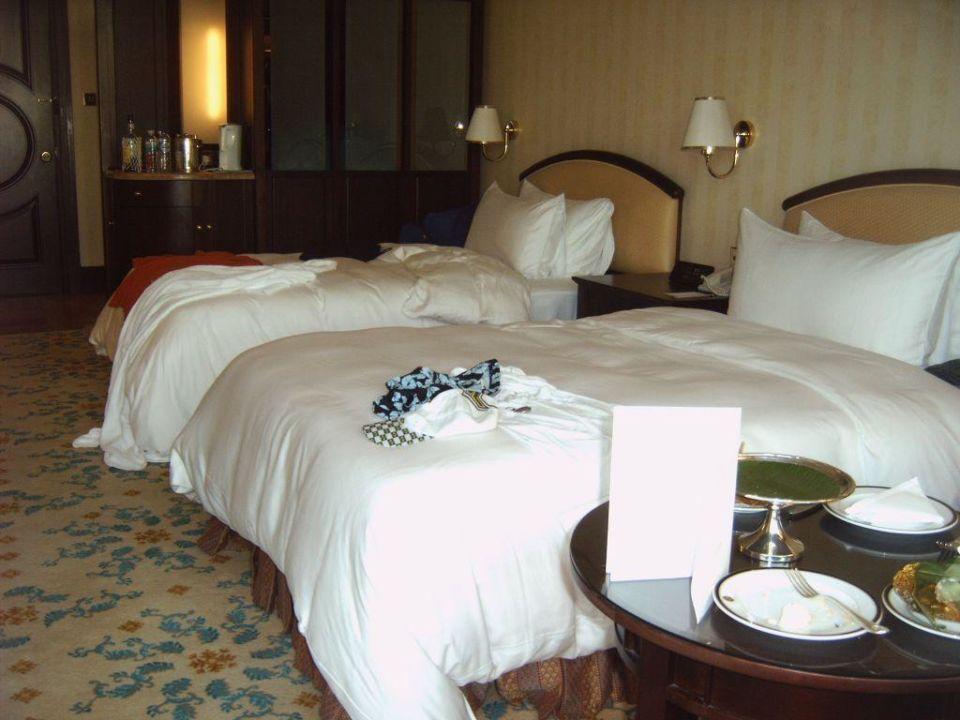 Blick auf die Betten The Empire Hotel & Country Club