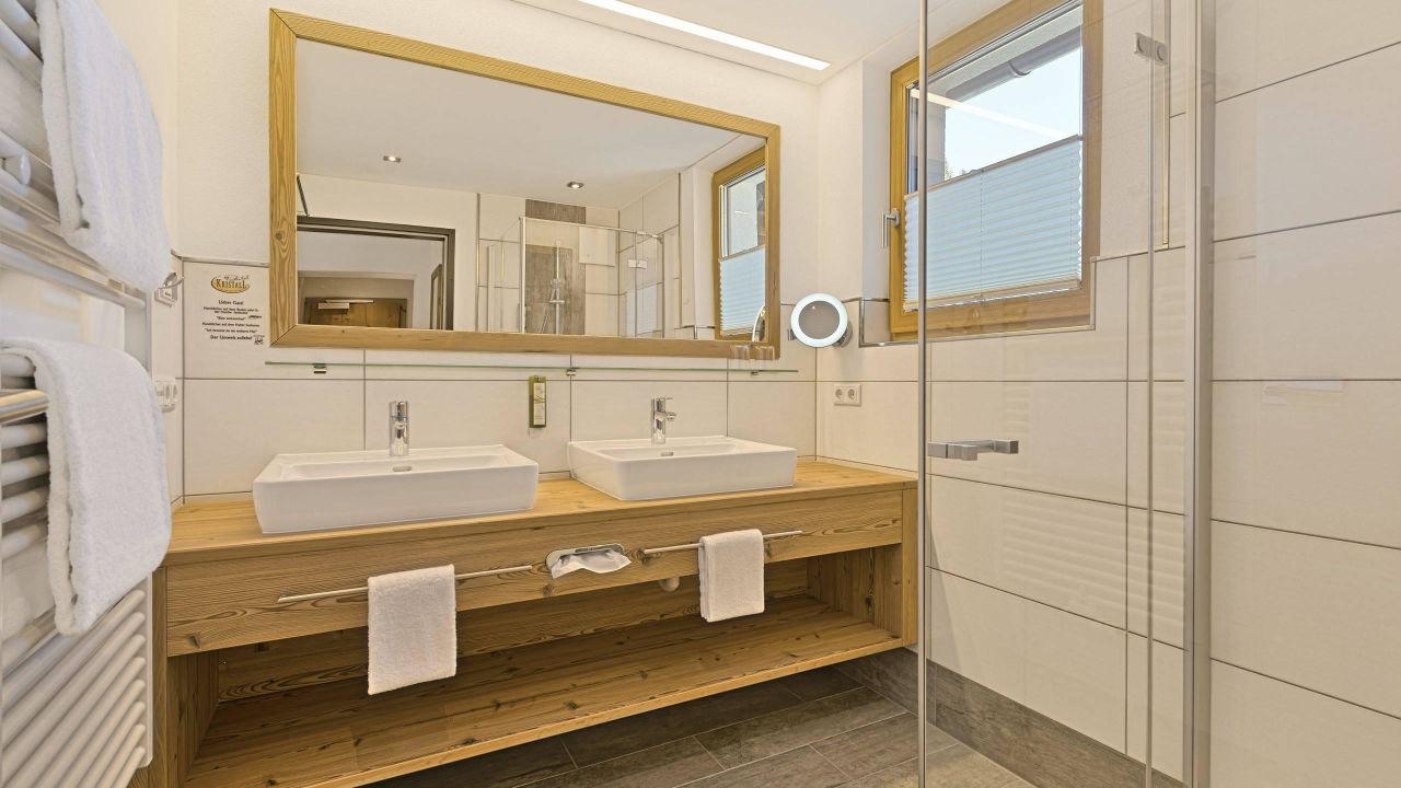 bild badezimmer hotelstudio rubin superior zu hotel kristall in gro arl. Black Bedroom Furniture Sets. Home Design Ideas
