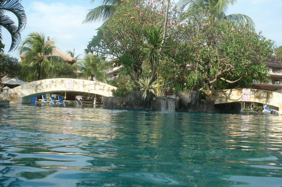 Der schöne Pool Hotel Discovery Kartika Plaza