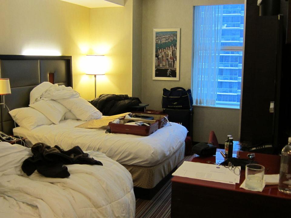 das zimmer am abreisetag zwei gro e betten hotel. Black Bedroom Furniture Sets. Home Design Ideas
