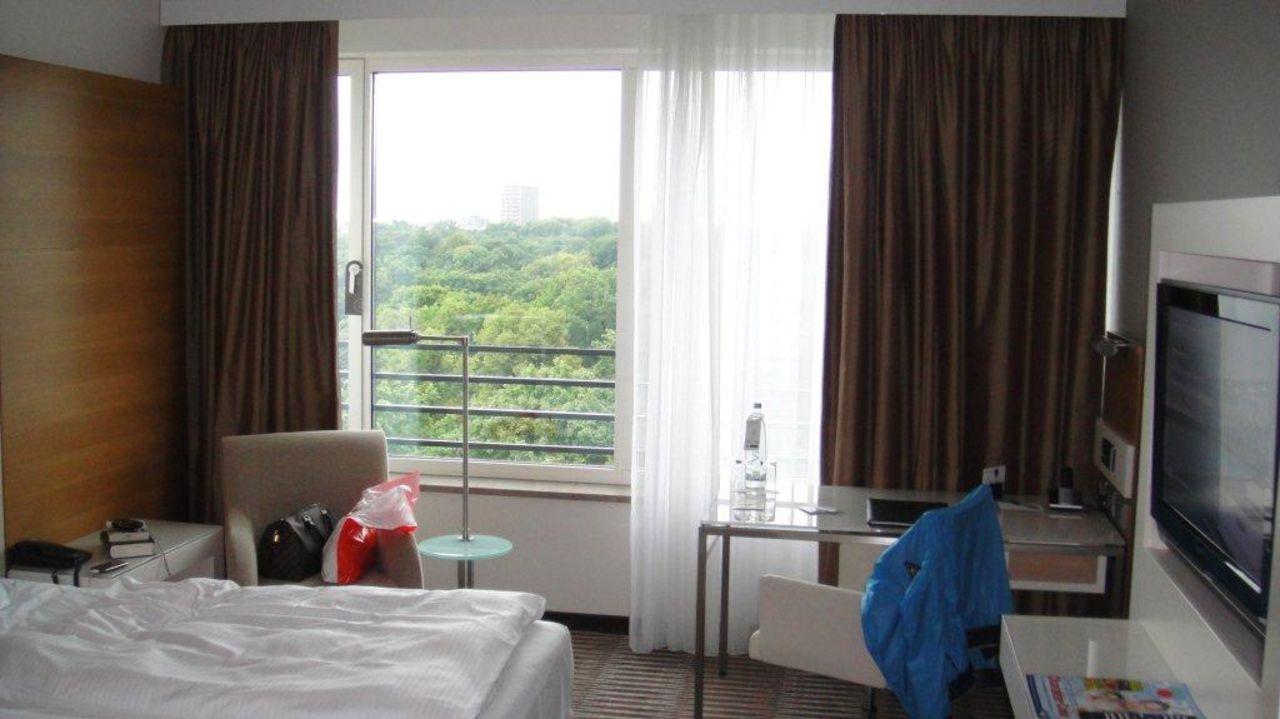 bild sch ne lobby leider keine passenden rezeptionisten zu hotel pullman berlin schweizerhof. Black Bedroom Furniture Sets. Home Design Ideas